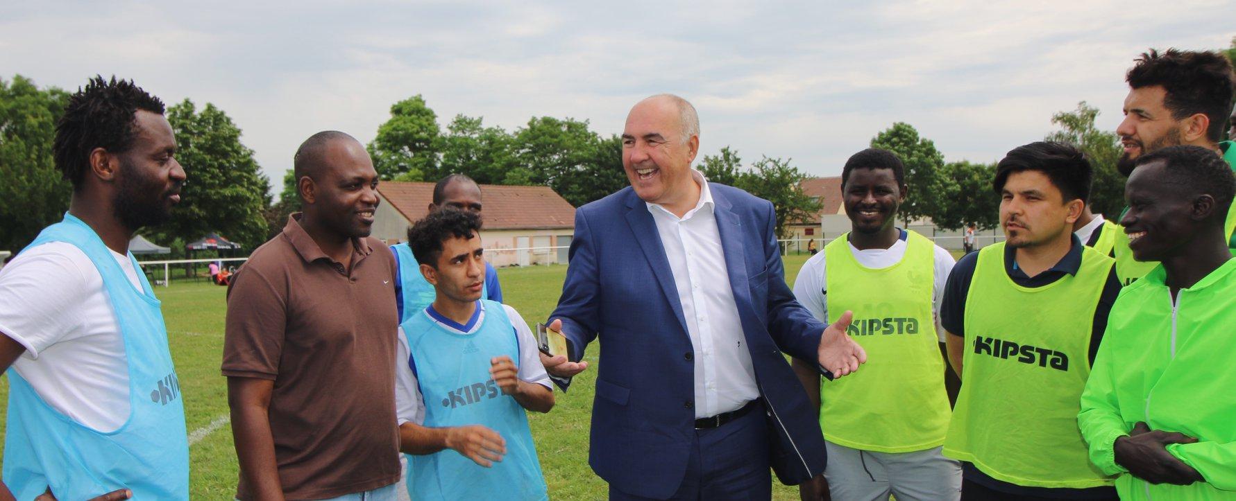 Tournois de foot réfugiés soissons Coallia avec le maire